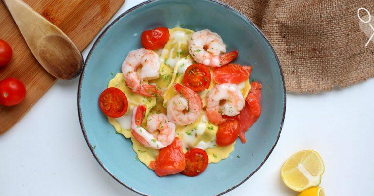 Girasoles de ricota y espinaca en salsa bechamel con camarones y salmón ahumado