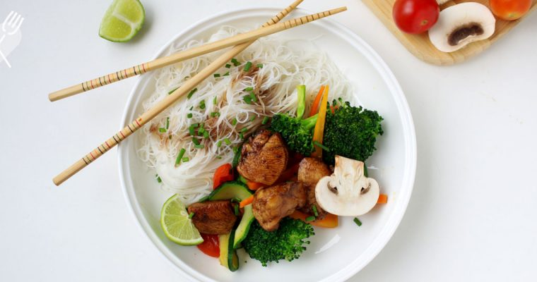 Pollo teriyaki con verduras al horno y pasta de arroz