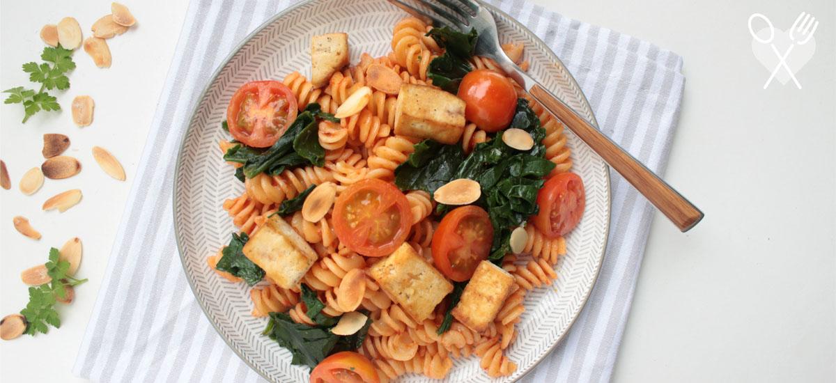 Tofu con spirali en salsa pomodoro y espinaca